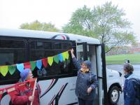 L'autobus décoré et les représentantes du CATHII à la MMF 2015